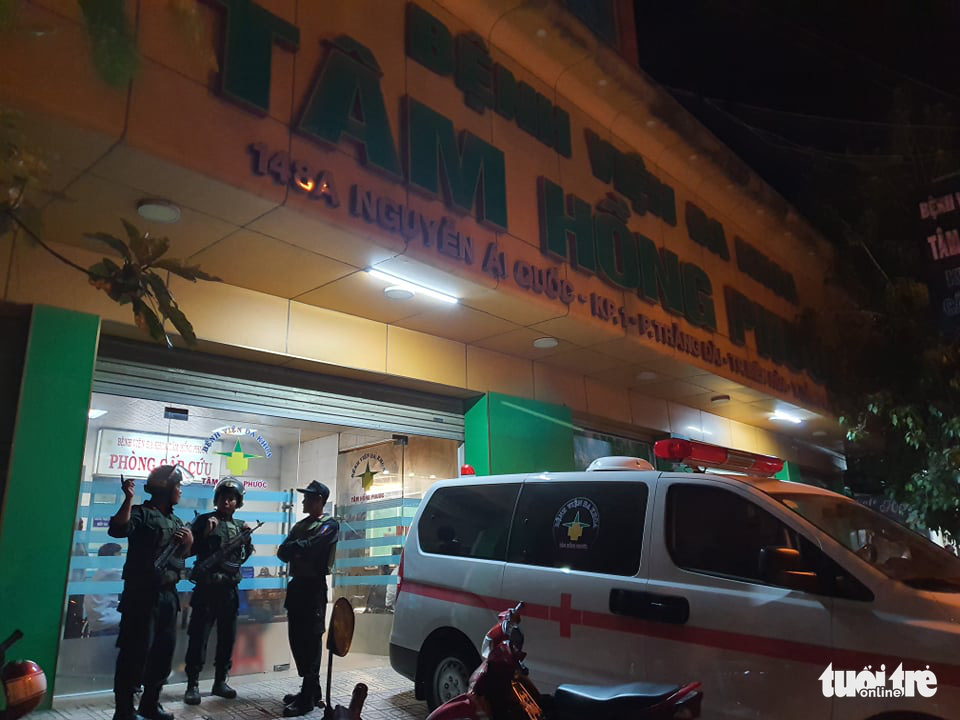 Police officers arrive at Tam Hong Phuoc Hospital in Bien Hoa City on on December 21, 2019. Photo: S.D / Tuoi Tre
