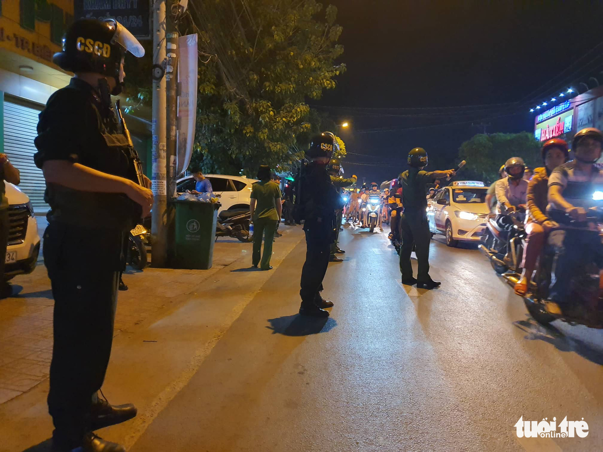 Officers control the traffic in front of the hospital while the apprehension takes place. Photo: S.D / Tuoi Tre