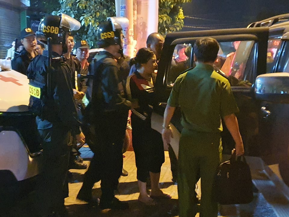A woman is arrested for being involved in the debt collection gang. Photo: S.D / Tuoi Tre