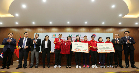 Vietnamese women's team members receive monetary rewards from Hung Thinh Land in Hanoi, December 23, 2019. Photo: Nam Khanh / Tuoi Tre