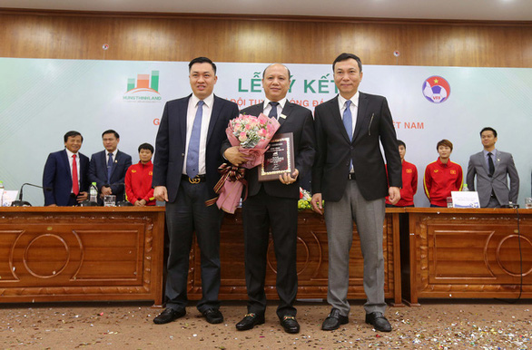 Hung Thinh Land and Vietnam Football Federation executives sign an agreement to support Vietnamese football in striving for a place in the finals of the FIFA Women's World Cup in Hanoi, December 23, 2019. Photo: Nam Khanh / Tuoi Tre