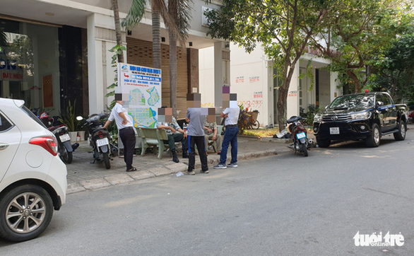 Officers oversee the scene of a robbery-murder in District 7, Ho Chi Minh City, on December 21, 2019. Photo: Minh Hoa / Tuoi Tre