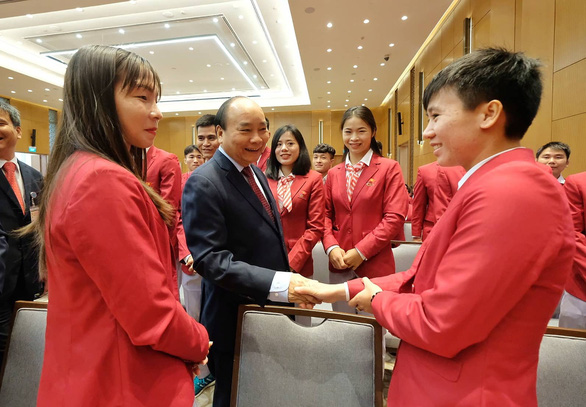 Prime Minister Nguyen Xuan Phuc welcomes members of the Vietnamese sports delegation to the SEA Games 2019 at the Government Office in Hanoi on December 22, 2019. Photo: Nam Tran / Tuoi Tre