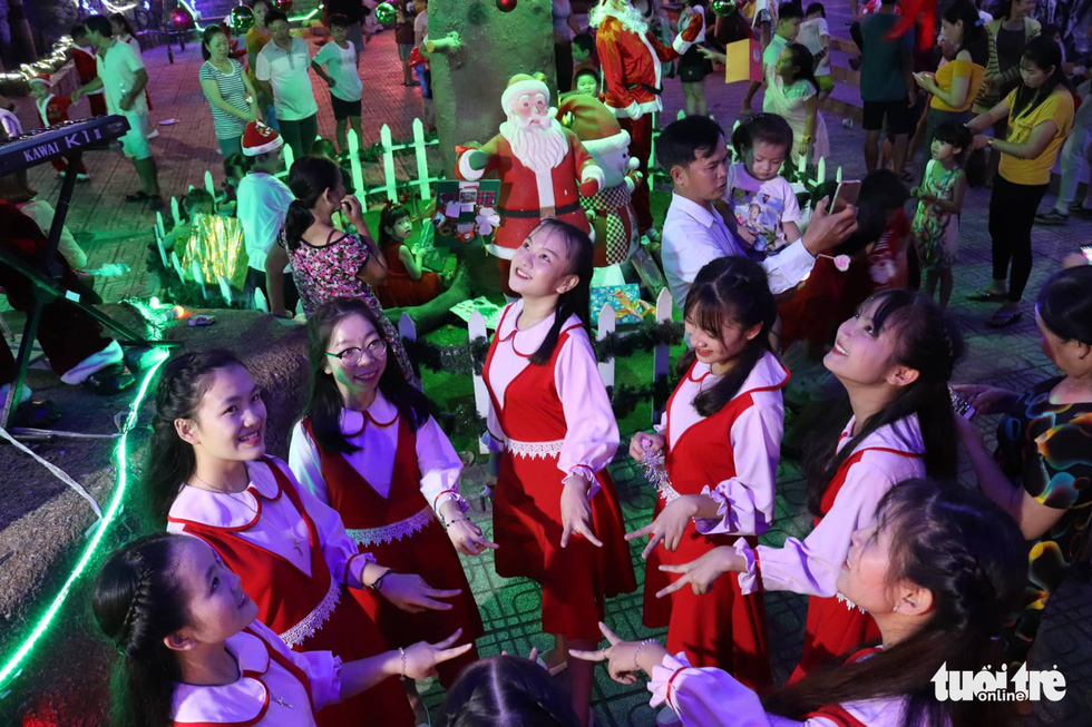 A group of teenage girls are ready for their Christmas performance at the Tu Dinh parish in Go Vap District, Ho Chi Minh City. Photo: Khanh Tran / Tuoi Tre
