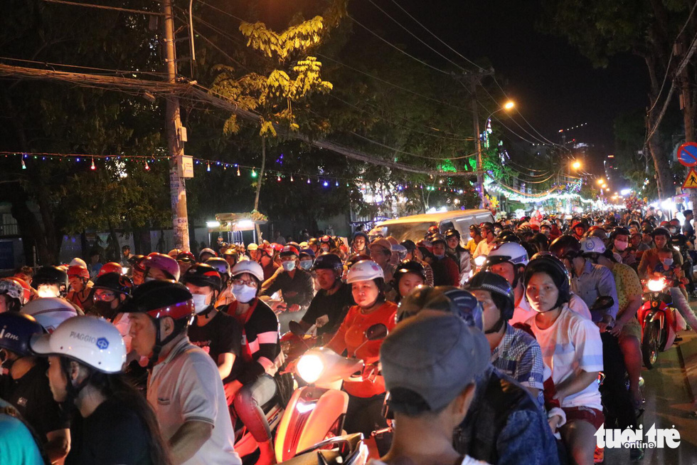 People pack Binh Thai parish in District 8, Ho Chi Minh City. Photo: Khanh Tran / Tuoi Tre
