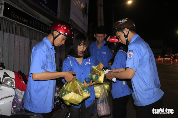 A group of college students on their way to bring gifts to poor people in Ho Chi Minh City on December 23, 2019. Photo: Cong Trieu / Tuoi Tre