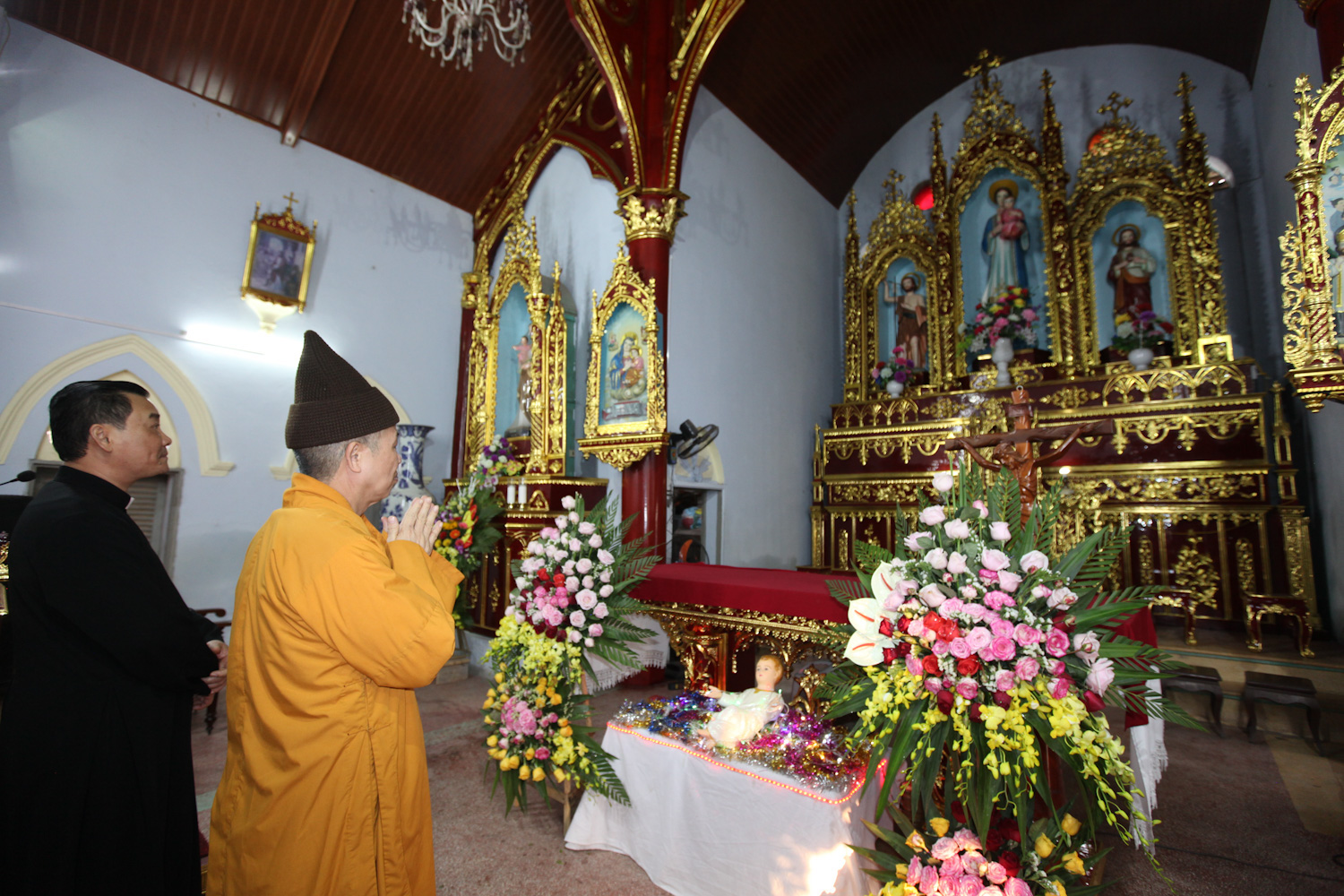 Venerable Thich Thanh Quyet pays his respect at a Catholic altar on December 24, 2019. Photo: Anh Dung / Tuoi Tre