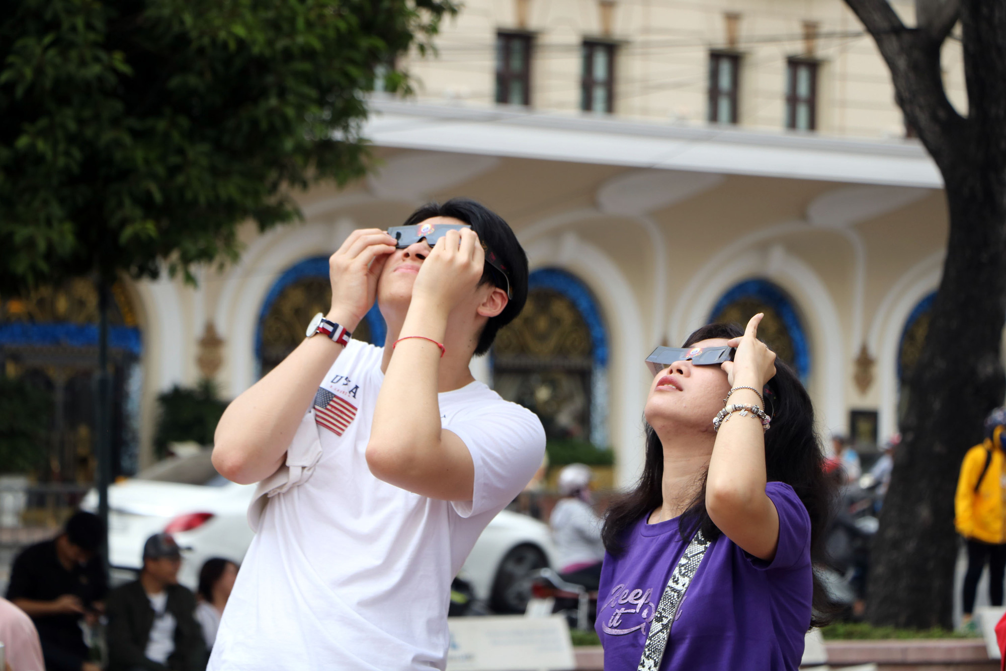 Ho Chi Minh City residents flock to see year's last solar eclipse