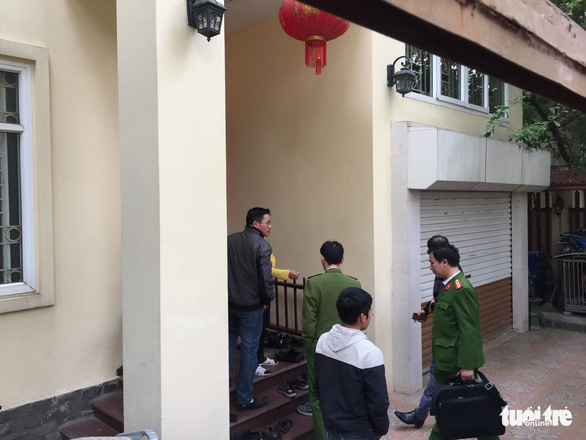 Police officers arrive at the residence of Nguyen Van Tu, Chief of Hanoi Party Committee Office and former director of the municipal department of planning and investment, in Ha Dong District, Hanoi, on December 28, 2019. Photo: Than Hoang / Tuoi Tre