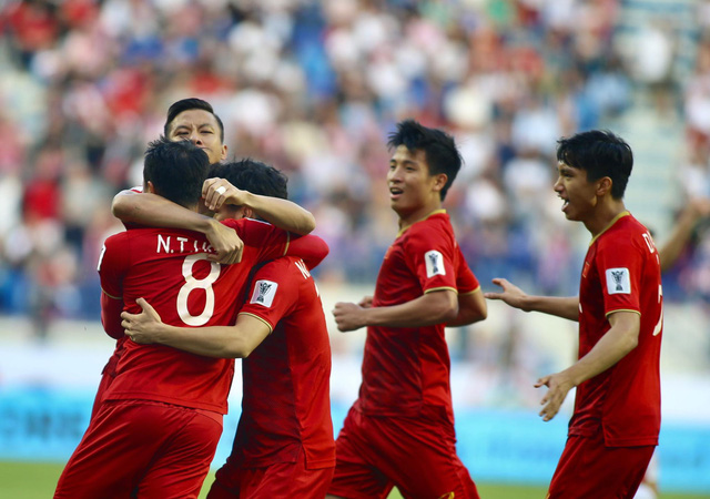 Vietnam players celebrate their historic win over Jordan in the round of 16 at the 2019 Asian Cup in the UAE, January 20. Photo: Nguyen Khoi / Tuoi Tre