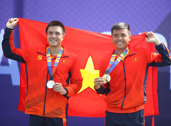 Ly Hoang Nam receives the nation's first-ever gold medal in the men's tennis competition at the 2019 SEA Games in the Philippines on December 6. Photo: Nguyen Khanh / Tuoi Tre