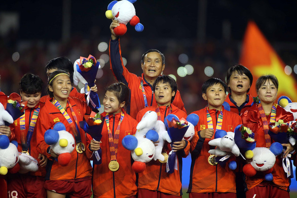 Vietnam's national women's football team and their head coach Mai Duc Chung receive the gold medal after the finale at the 2019 Southeast Asian (SEA) Games in the Philippines on December 8, 2019. Photo: Nguyen Khoi / Tuoi Tre