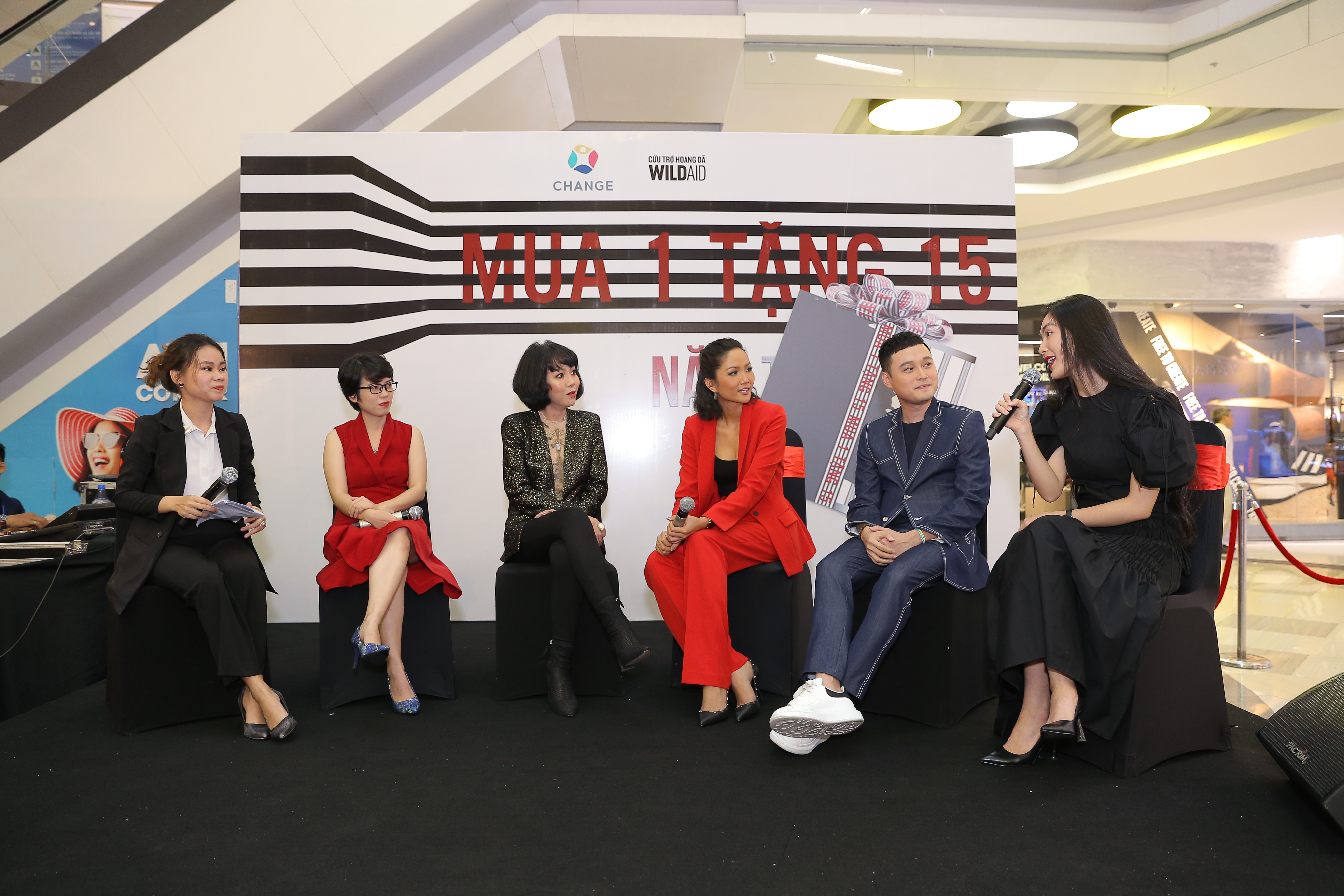(From right) Businesswoman Helly Tong, singer Quang Vinh, Miss Universe Vietnam 2017 H'Hen Niê,  journalist Trac Thuy Mieu, and organizers of the 'Buy 1, Get 15' campaign against illegal wildlife trafficking attend an event in Ho Chi Minh City on December 30, 2019. Photo: CHANGE