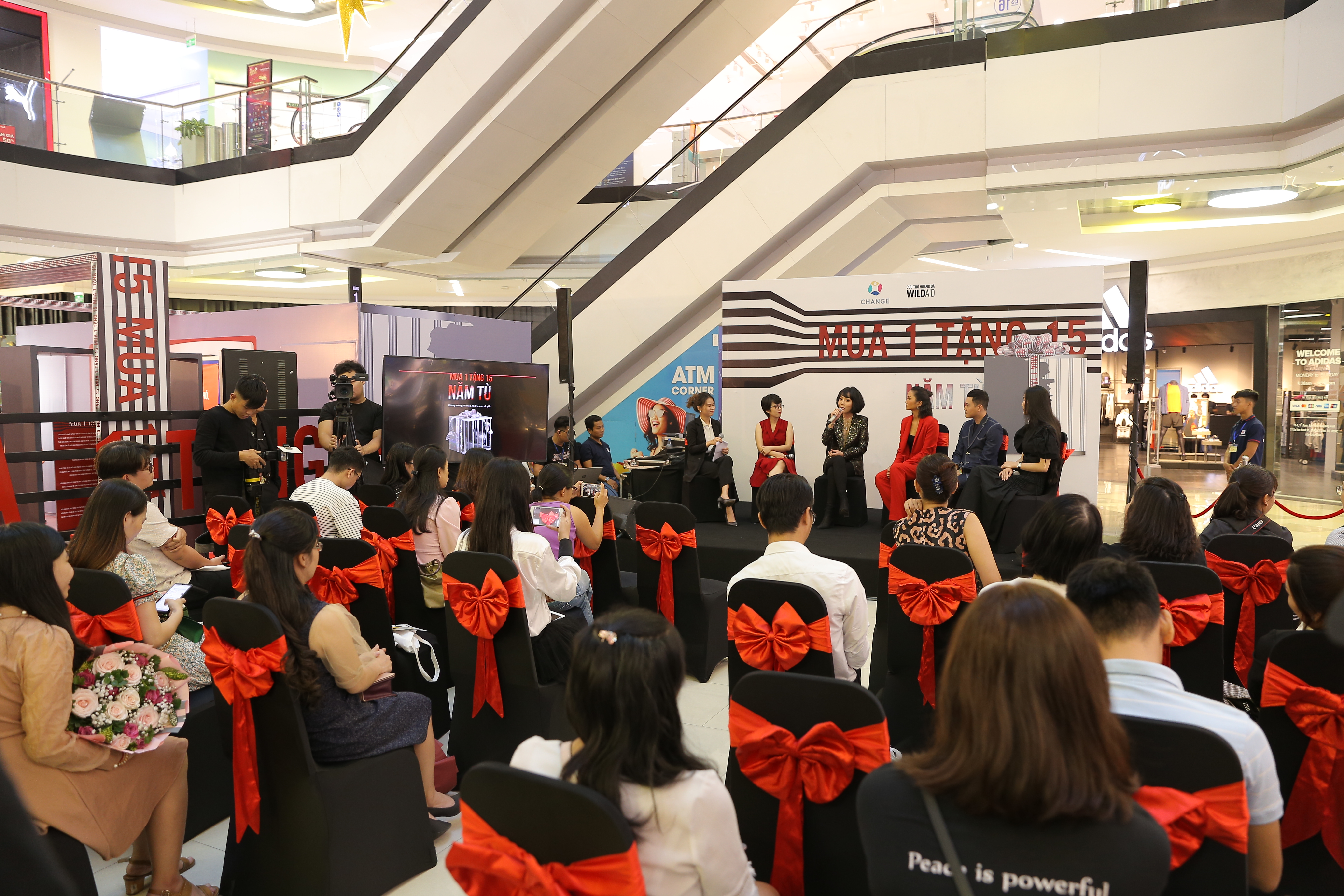 A launch event for the 'Buy 1 Get 15' campaign against illegal wildlife trafficking at Van Hanh Mall in Ho Chi Minh City on December 30, 2019. Photo: CHANGE