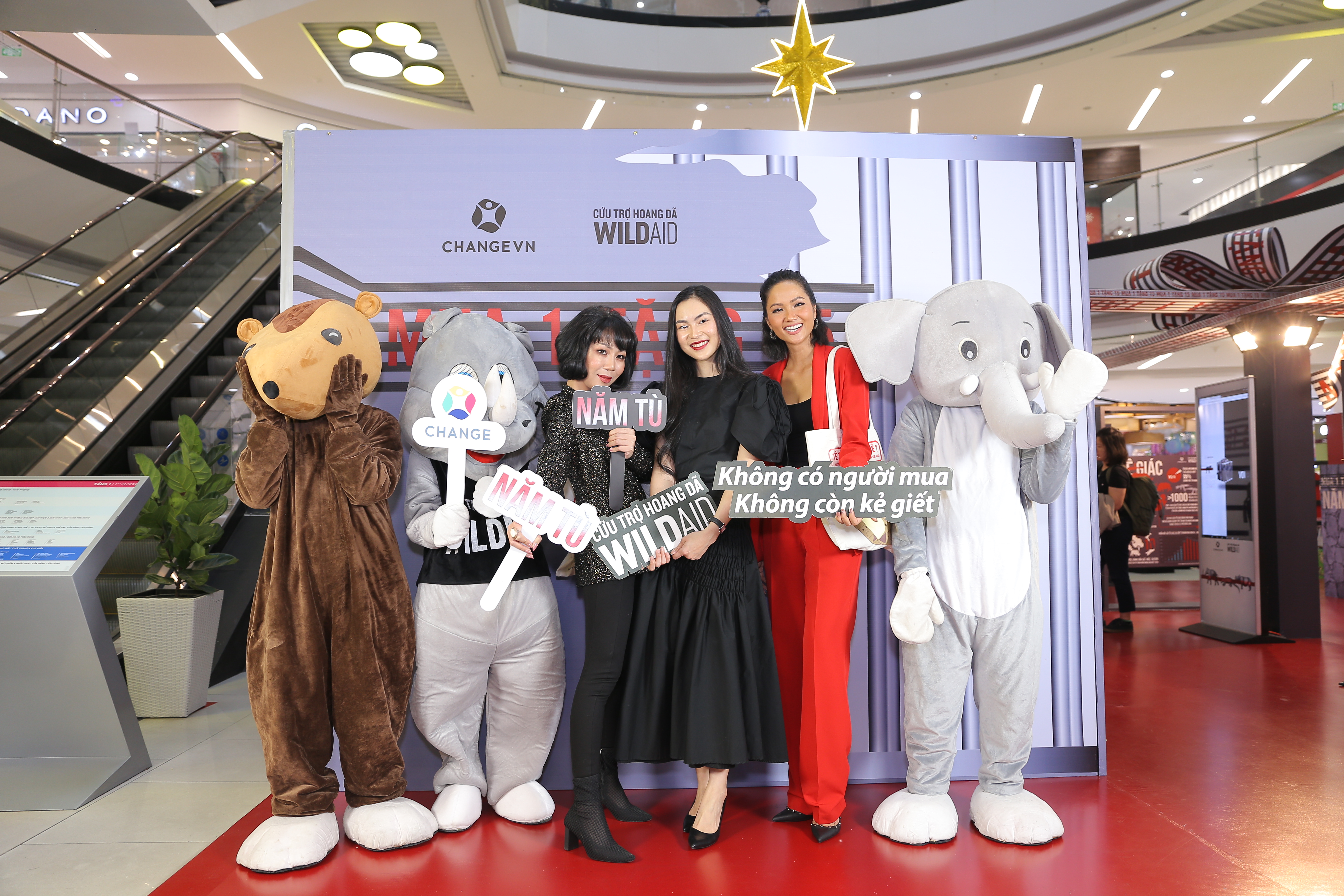 (From left) Journalist Trac Thuy Mieu, organizers, businesswoman Helly Tongm, and Miss Universe Vietnam 2017 H'Hen Nie at an event of the 'Buy 1 Get 15' campaign against illegal wildlife trafficking in Ho Chi Minh City on December 30, 2019. Photo: CHANGE