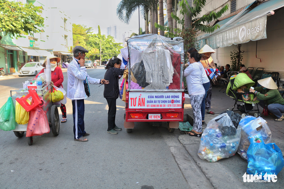 Nguyen Van Tu gives free clothes to people on a street in Ho Chi Minh City. Photo: Ngoc Phuong / Tuoi Tre