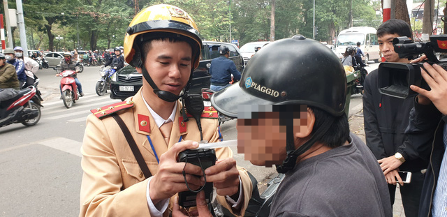 Hanoi motorcyclist slapped with $300 fine, 2-year license revocation for drunk driving
