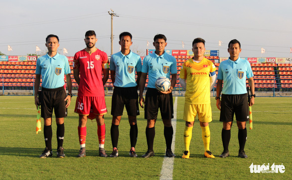 Vietnam's playmaker Nguyen Quang Hai (second right) wears the armband in a training game against Bahrain U23s in Thailand, January 3, 2020. Photo: Nhat Doan / Tuoi Tre