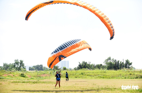 A woman practices maneuvers before making a paragliding attempt. Photo: Tuoi Tre
