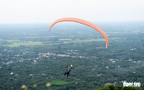 Paragliding an exciting sport to take up in Vietnam
