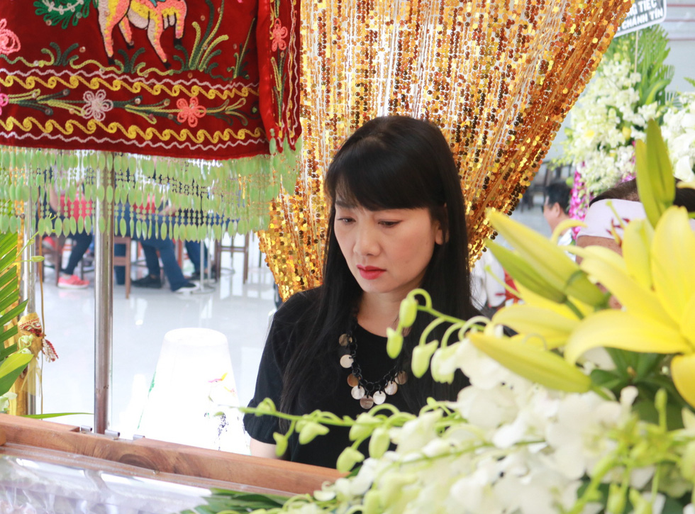 Actress My Uyen visits the funeral of Nguyen Chanh Tin in District 7, Ho Chi Minh City, January 5, 2020. Photo: Nhat Thinh / Tuoi Tre