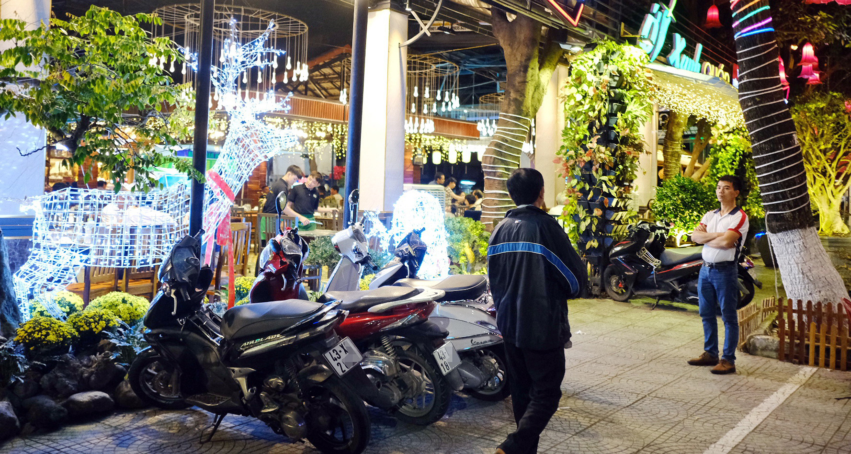 Few motorbikes are parked in front of a restaurant in Hai Chau District, Da Nang City. Photo: T.Luc / Tuoi Tre