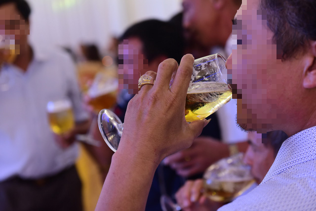 A man drinks beer at a restaurant in the southern province of Dong Nai. Photo: Quang Dinh / Tuoi Tre