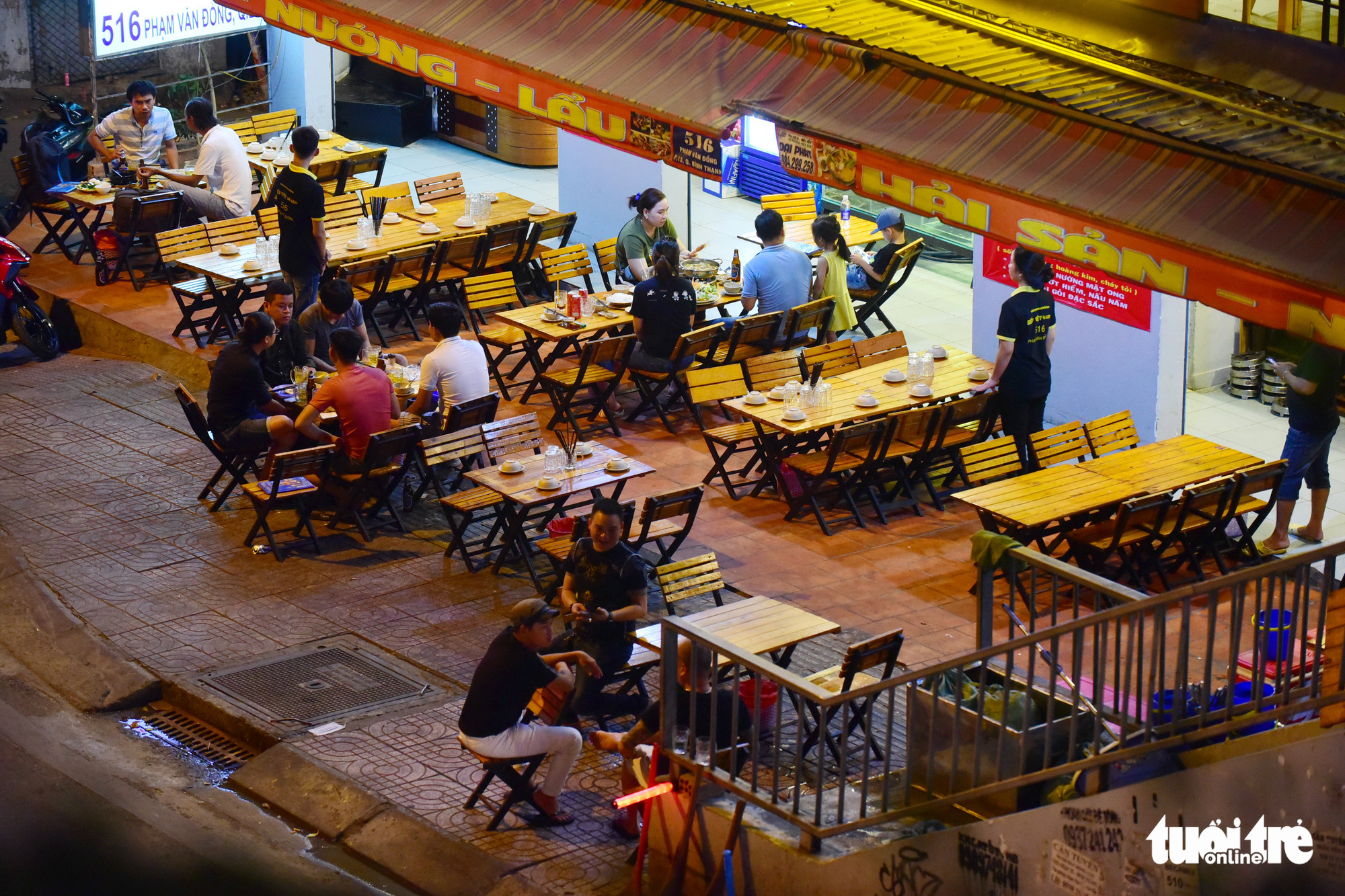 Empty tables at a beer parlor in Ho Chi Minh City. Photo: Quang Dinh / Tuoi Tre
