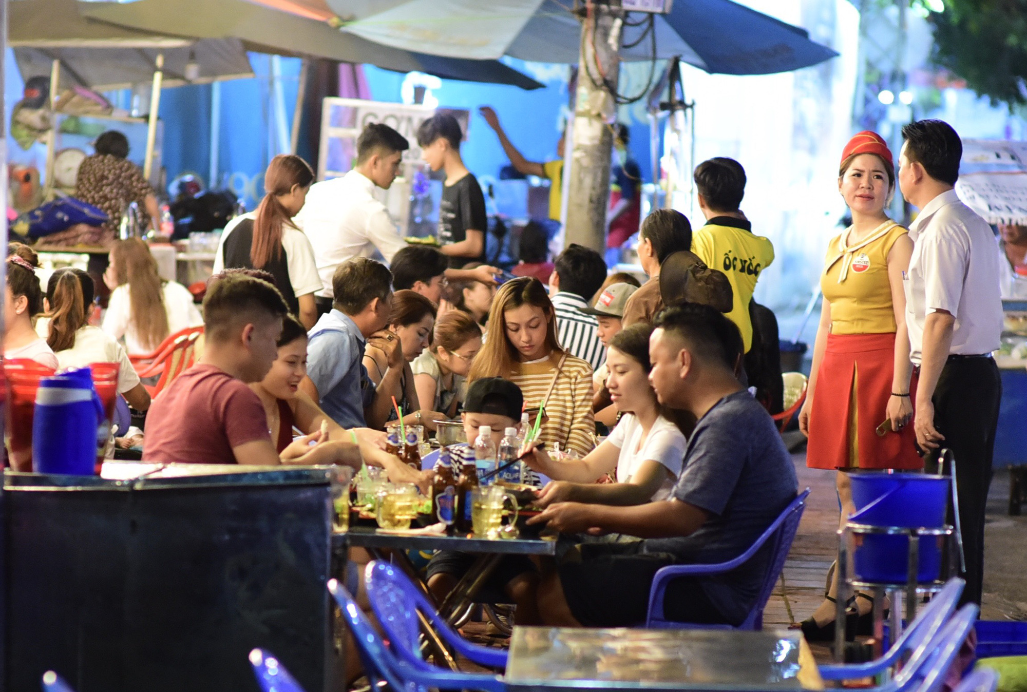 A beer parlor on Nguyen Bieu Street in District 5 is crowded in this photo captured in 2019, before Vietnam's new law on drunk driving took effect. Photo: Quang Dinh / Tuoi Tre