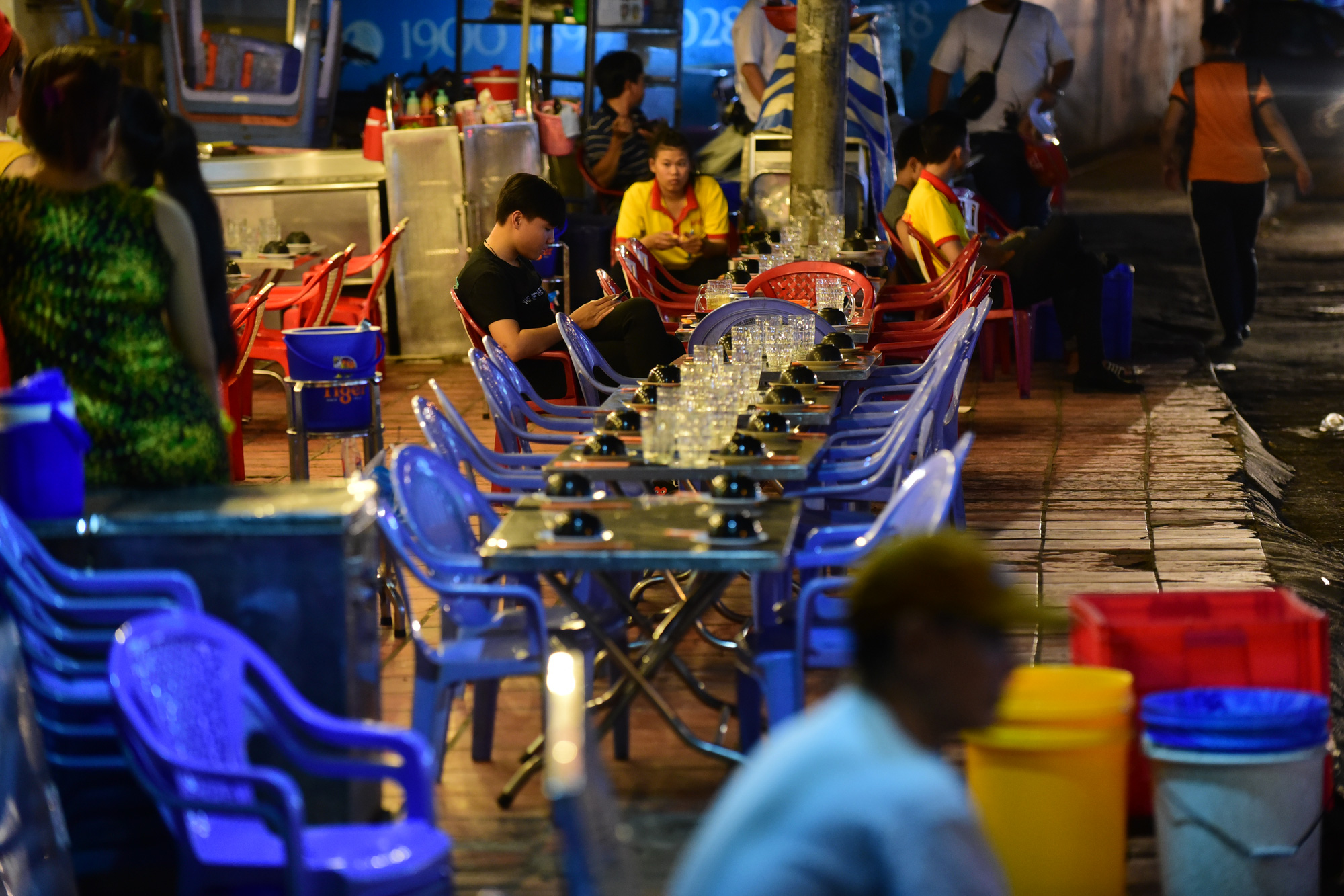 A beer parlor on Nguyen Bieu Street in District 5 is empty in this photo captured in 2020, after Vietnam's new law on drunk driving took effect. Photo: Quang Dinh / Tuoi Tre