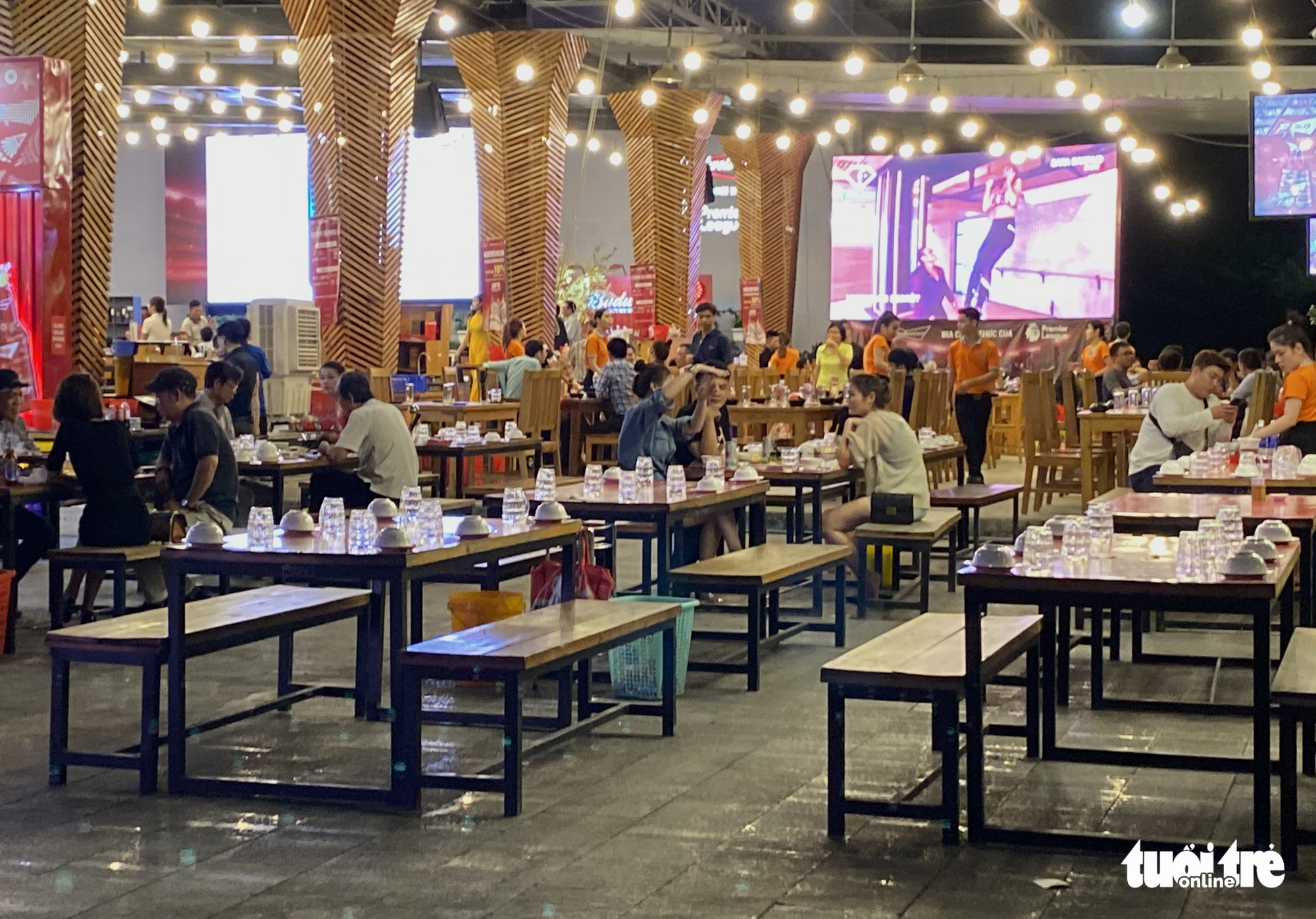 Empty tables at a beer parlor on Nguyen Thi Thap Street in District 7, Ho Chi Minh City. Photo: Tu Trung / Tuoi Tre
