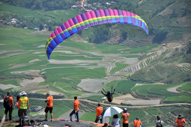 Paragliding above rice terraces in Mu Cang Chai District in the northern province of Yen Bai. Photo:  Nam Tran / Tuoi Tre