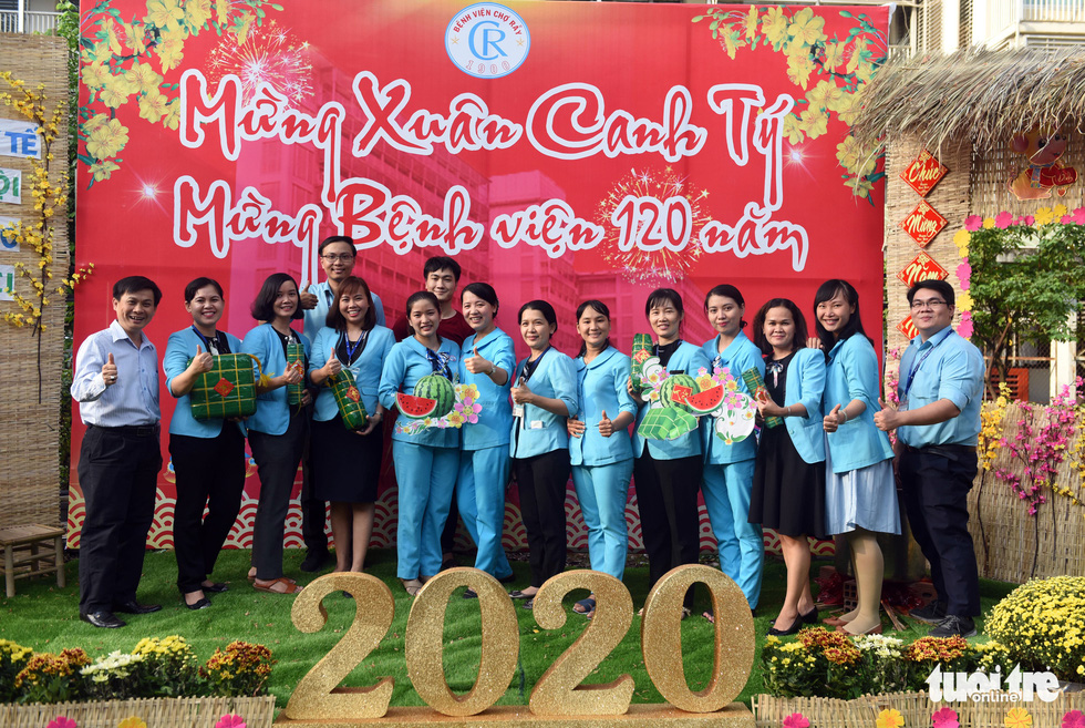 Medical staff members give the thumbs up along the 'flower road' at Cho Ray Hospital in Ho Chi Minh City. Photo: Duyen Phan / Tuoi Tre