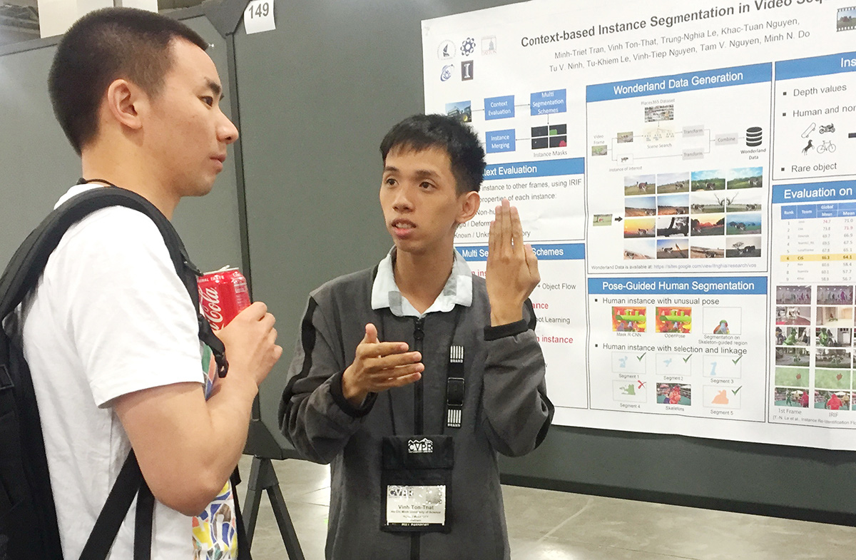 Ton That Vinh (right) presents a poster at a U.S. computer science conference. Photo: M.Tr. / Tuoi Tre