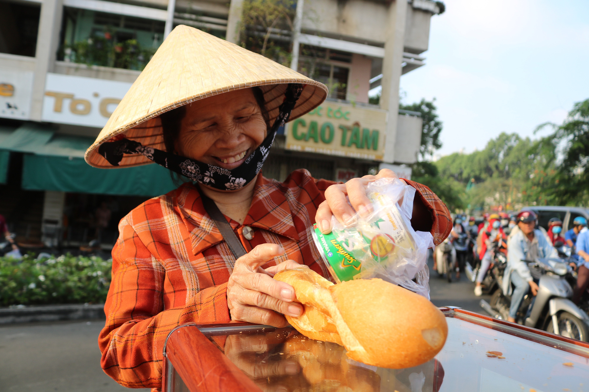 Meet the Saigon student keeping her community fed and full