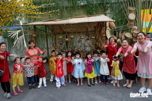 Some kindergarten schools also bring students to the festival. Photo: Kim Anh / Tuoi Tre