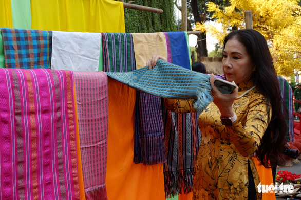 Kim Xuan, a Vietnamese People's Artist, visits the Lang Lua (Silk Village) mini-scene. Photo: Kim Anh / Tuoi Tre