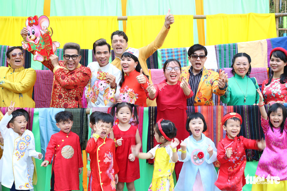 Vietnamese celebrities cheers in a photo with children at the festival. Photo: Hoang An / Tuoi Tre