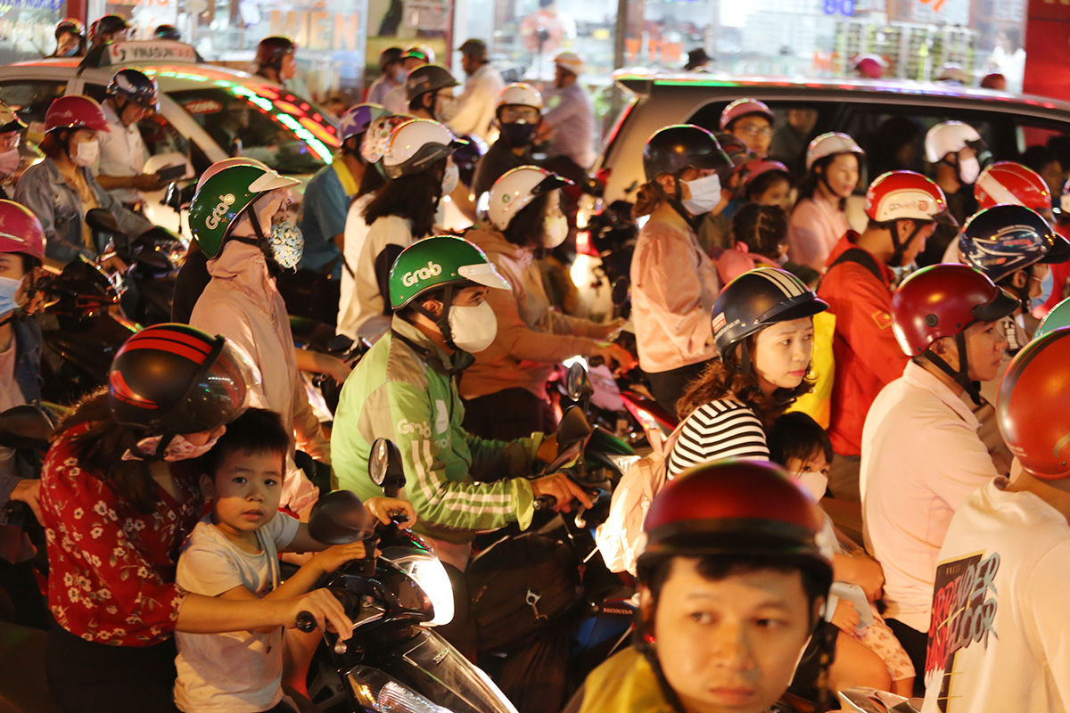 A traffic jam on Au Co Street in Tan Binh District. Photo: Phuoc Tuan / Tuoi Tre