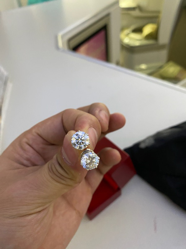 Vietnam Airlines attendant returns bag containing diamond jewelry, Rolex watch to Cambodian passenger: report