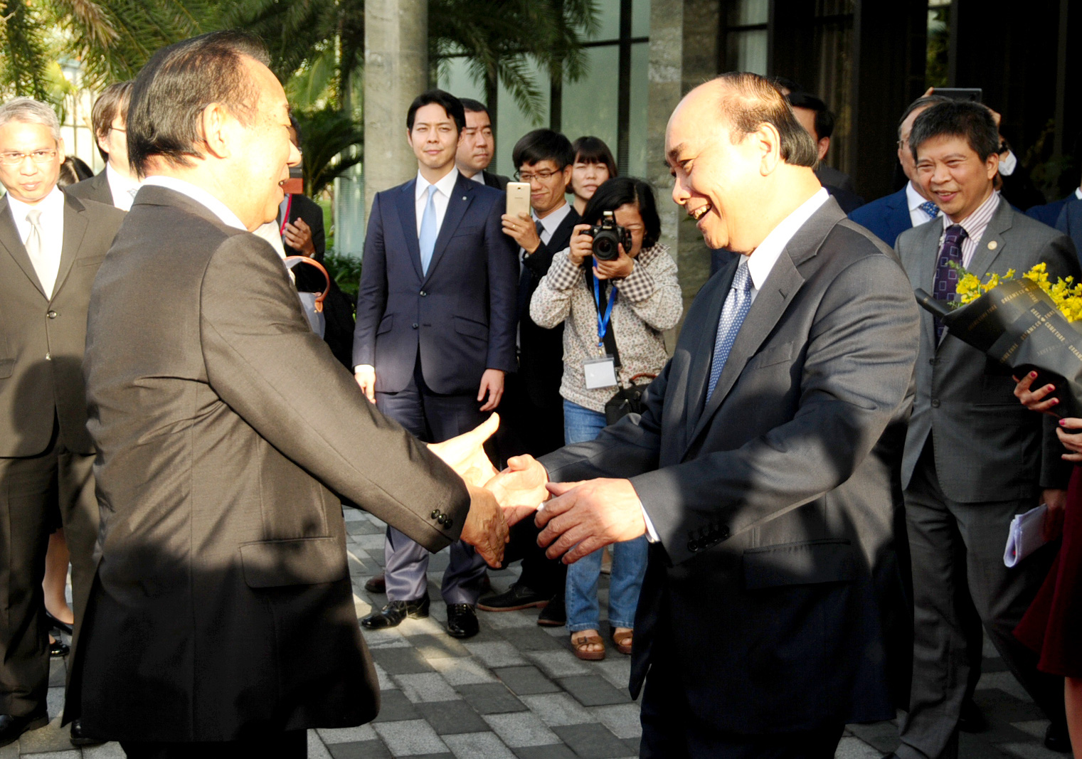 Prime Minister Nguyen Xuan Phuc welcomes Secretary-General of the ruling Liberal Democratic Party of Japan Nikai Toshihiro in Hoi An City, located in the central province of Quang Nam, on January 12, 2020. Photo: B.D / Tuoi Tre