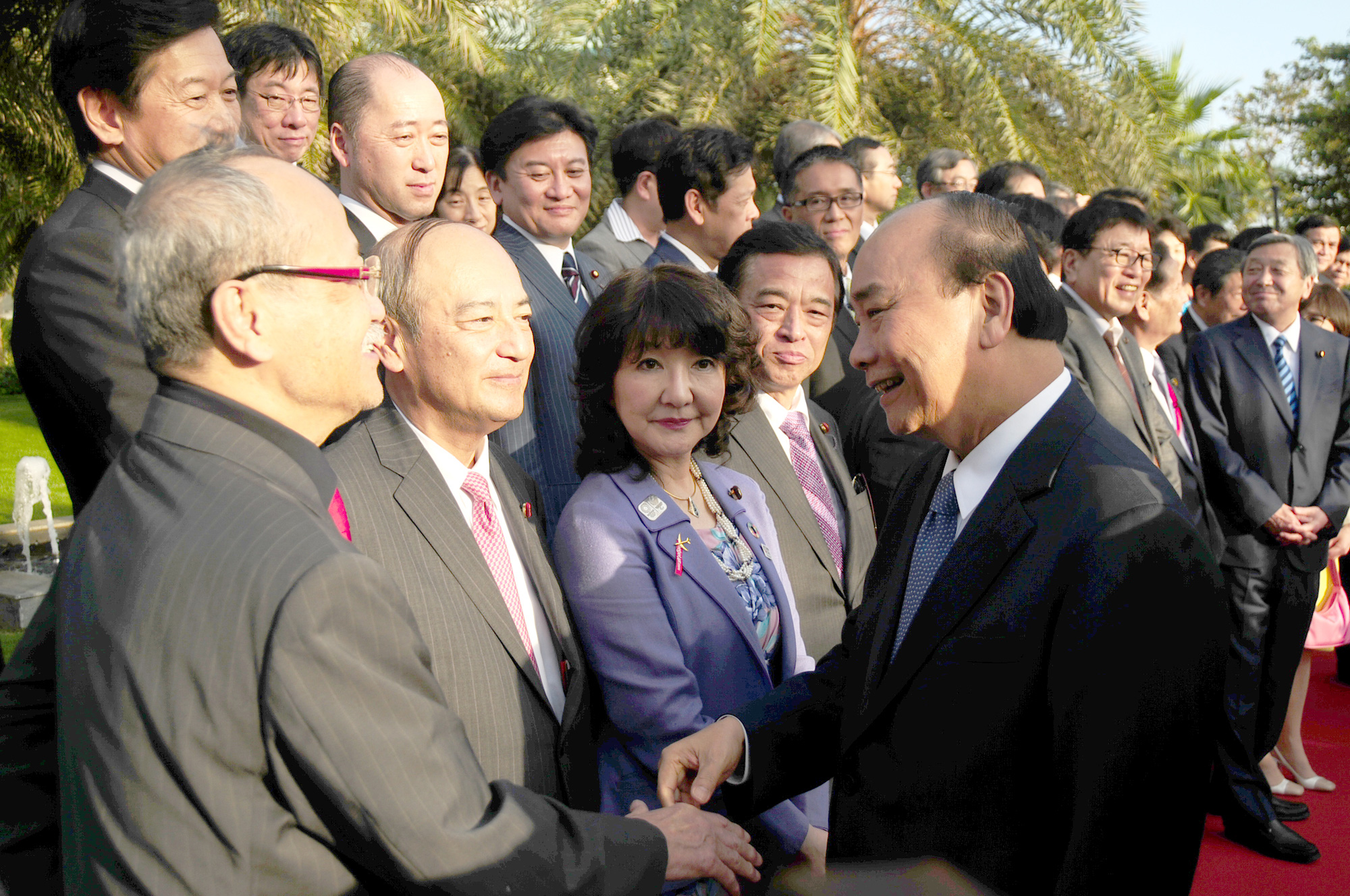 Prime Minister Nguyen Xuan Phuc shakes hands with Japanese delegates in Hoi An City, located in the central province of Quang Nam, on January 12, 2020. Photo: B.D / Tuoi Tre