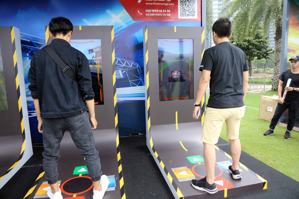 Visitors experience race-themed games at the Vinhomes Central Park urban area in Binh Thanh District, Ho Chi Minh City on January 12, 2020. Photo: N.K / Tuoi Tre