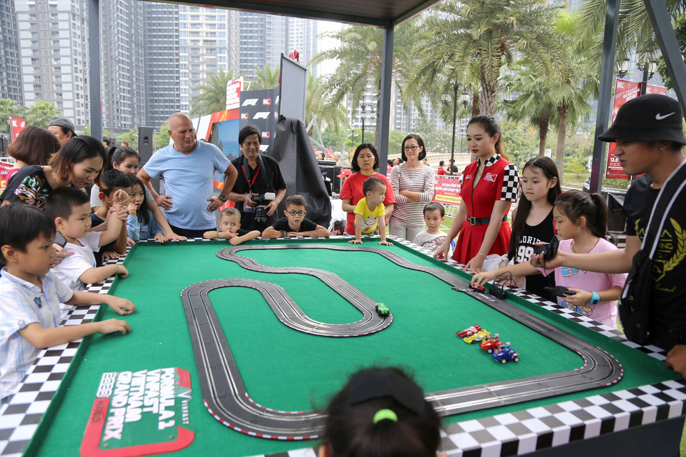 People watch a replica of an F1 race track at the Vinhomes Central Park urban area in Binh Thanh District, Ho Chi Minh City on January 12, 2020. Photo: N.K / Tuoi Tre