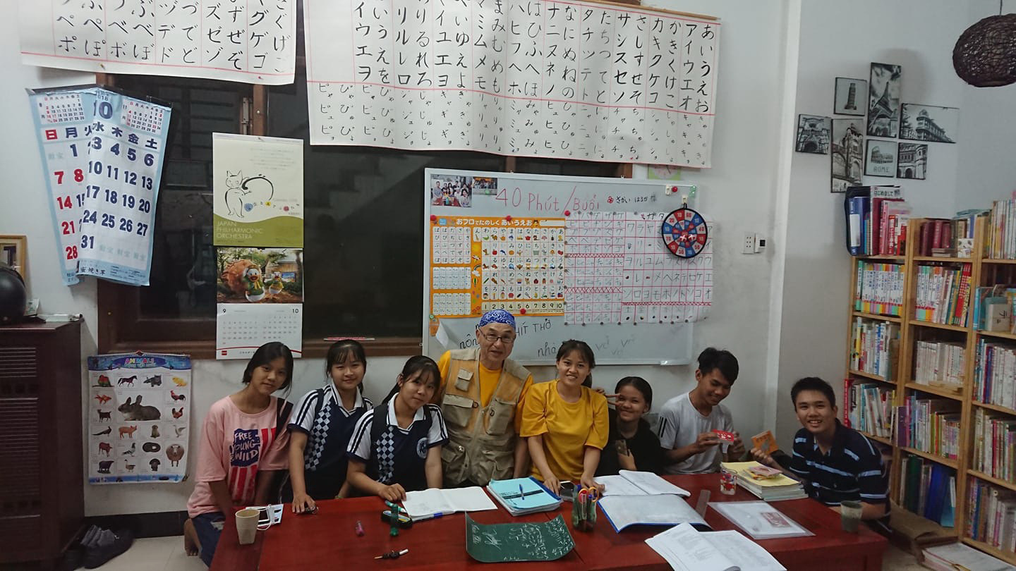 Japanese Takeshi Hirohata and his students in a free Japanese class in Hoi An City, Quang Nam Province in central Vietnam. Photo: B.D. / Tuoi Tre