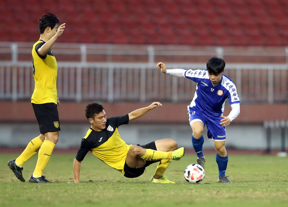 Nguyen Cong Phuong (R) battles for possession during a friendly match between Ho Chi Minh City FC and the Jeonnam Dragons in Ho Chi Minh City on January 14, 2020. Photo: N.K. / Tuoi Tre