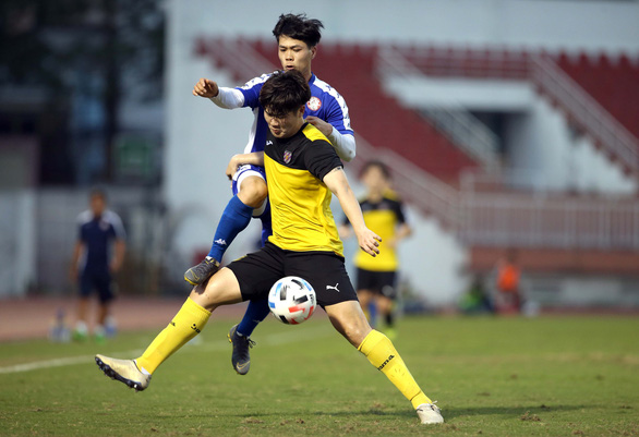 Nguyen Cong Phuong (blue) battles for possession during a friendly match between Ho Chi Minh City FC and the Jeonnam Dragons in Ho Chi Minh City on January 14, 2020. Photo: N.K. / Tuoi Tre