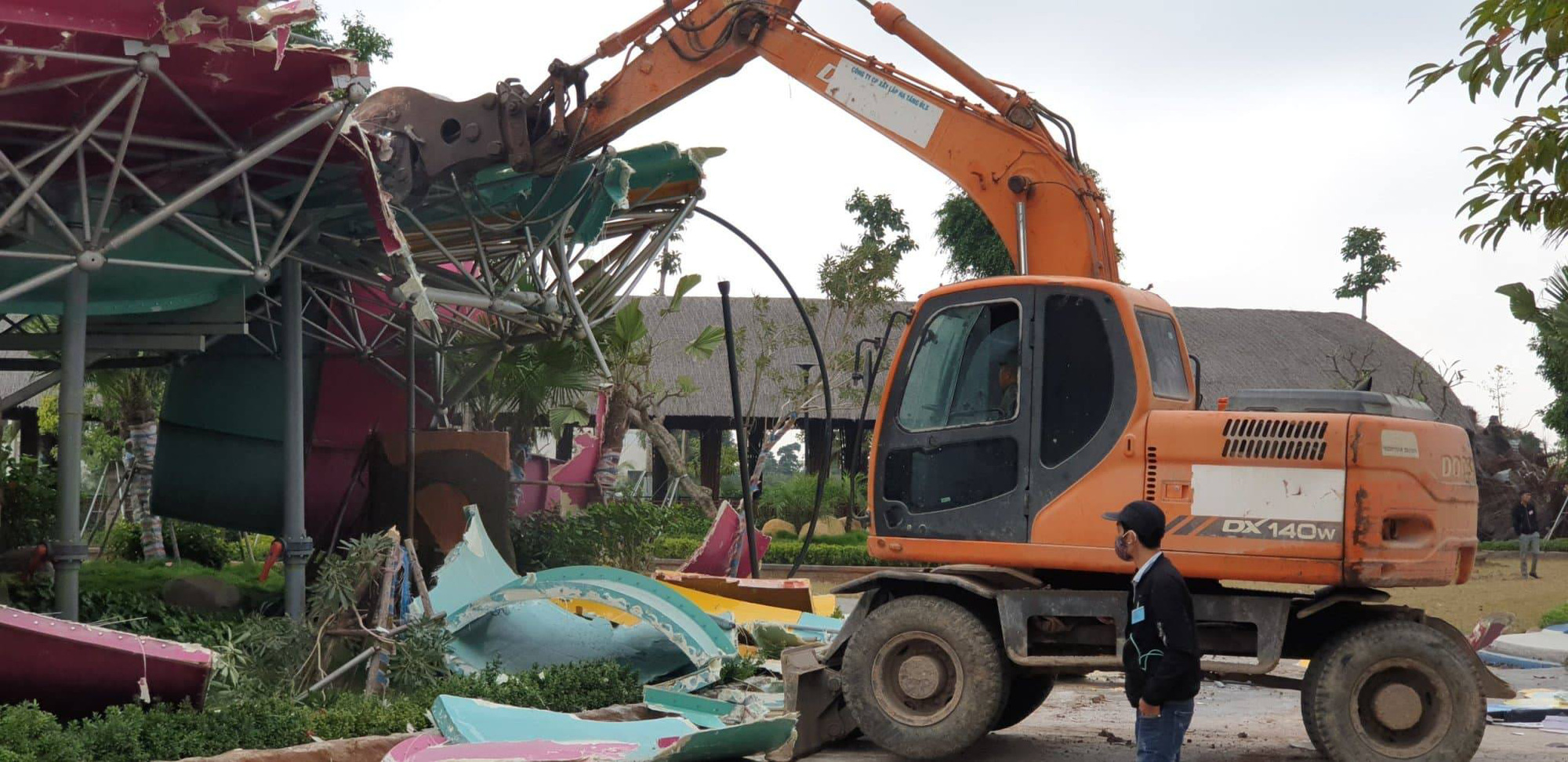 Competent authorities pull down Thanh Ha Water Park in Ha Dong District, Hanoi on January 15, 2020. Photo: B.N / Tuoi Tre