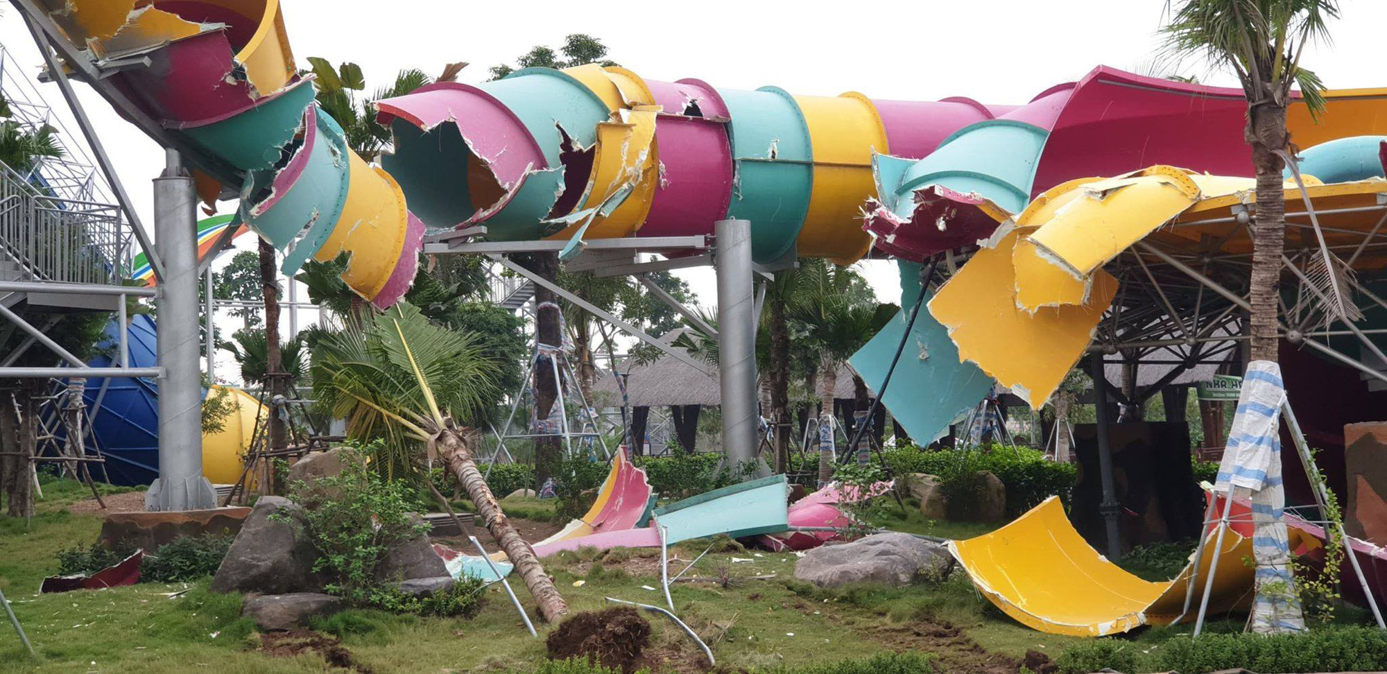 A water slide at Thanh Ha Water Park in Ha Dong District, Hanoi is torn down on January 15, 2020. Photo: B.N / Tuoi Tre