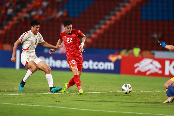 Vietnam's striker Nguyen Tien Linh scores the opening to North Korea's net during their last Group D match at the 2020 AFC U23 Championship on January 17, which was also his team's only goal at the competition. Photo: Nguyen Khanh / Tuoi Tre